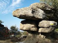 Grans rocs compactes ocupen el Collet del Castell