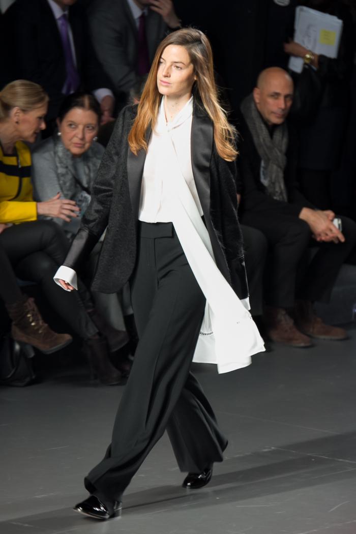 Modelo Aída Artiles hermana de Ariadne con pantalón masculino desfila para ÁNGEL SCHLESSER Desfile Fashion week Madrid