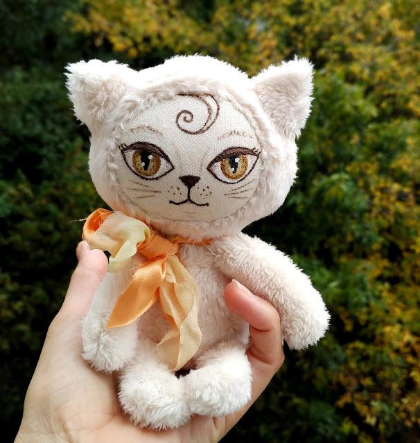 кошка на ладошке