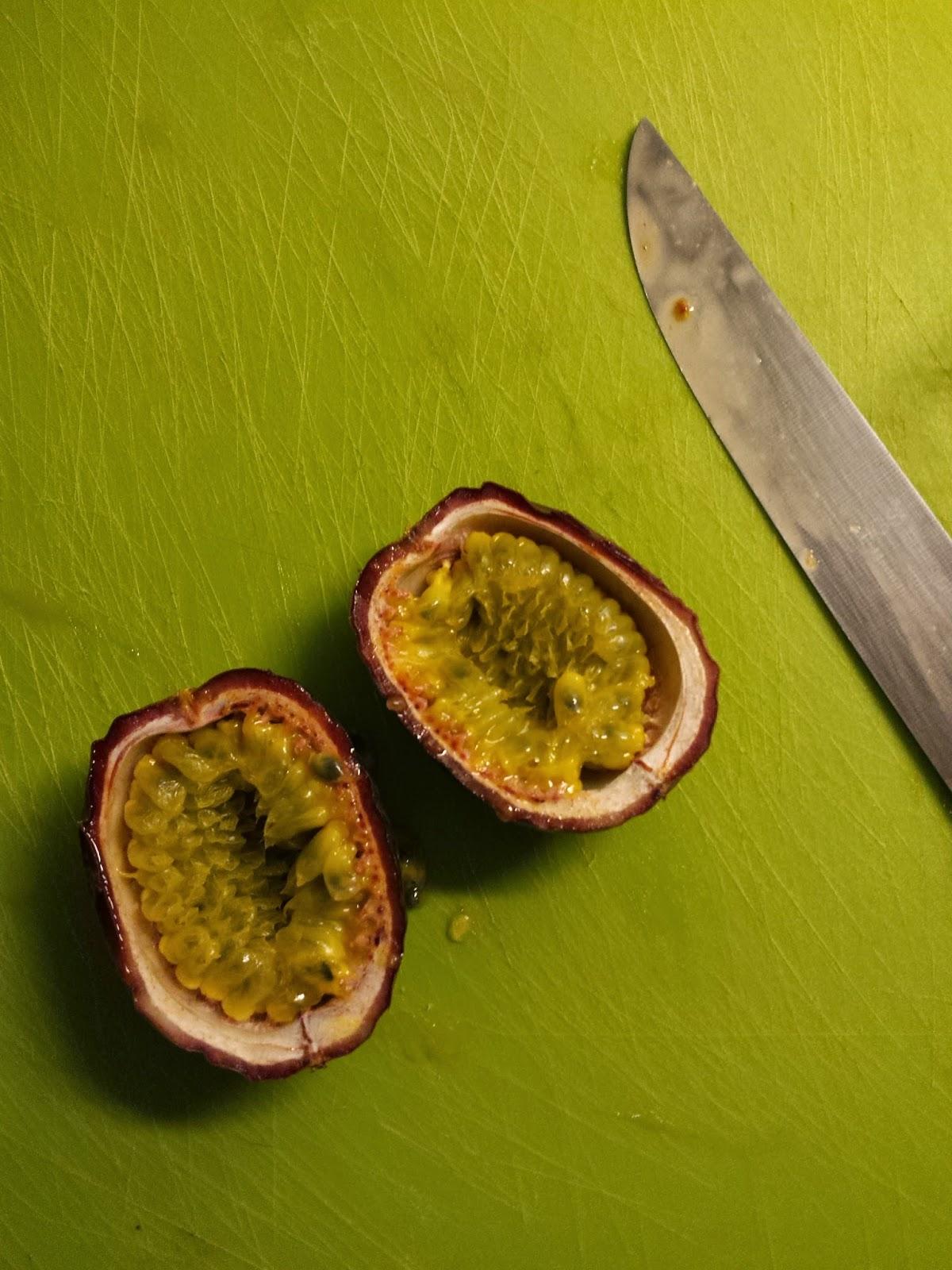 Zwei halbe Maracuja, auch als Passionsfrucht bekannt