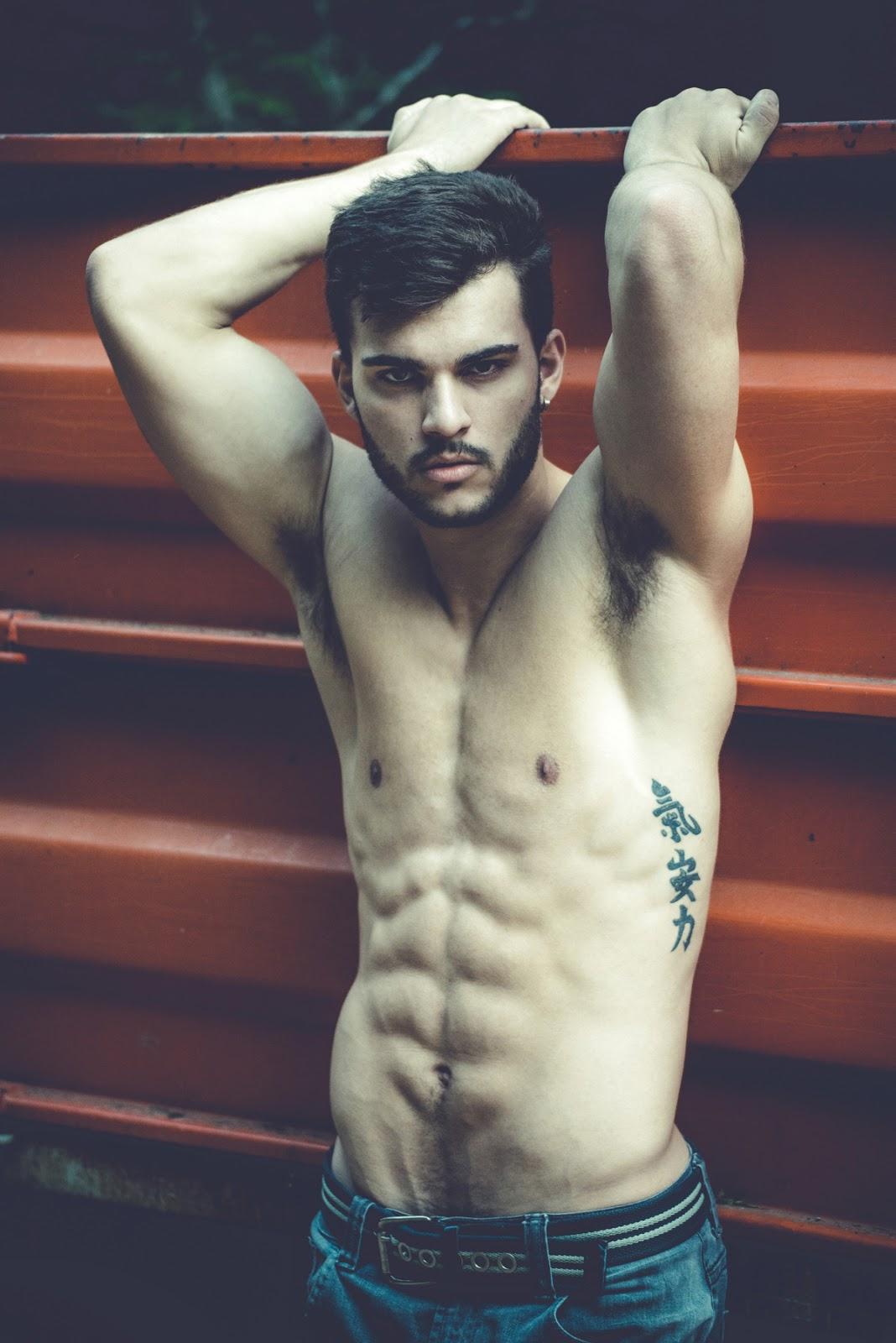 Junior Neves posa completamente nu em ensaio sensual com