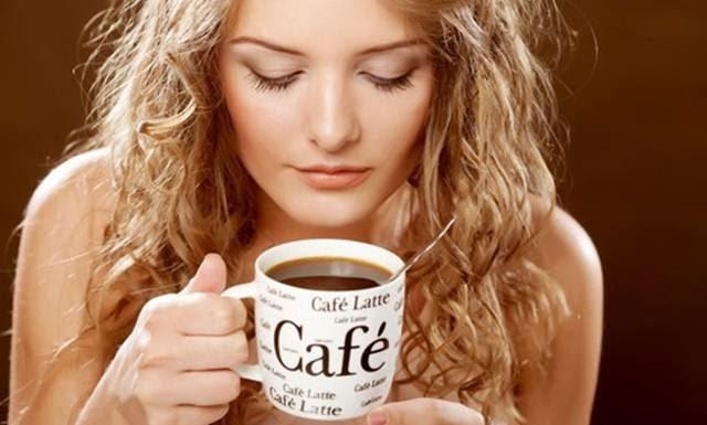 cewek cantik minum kopi
