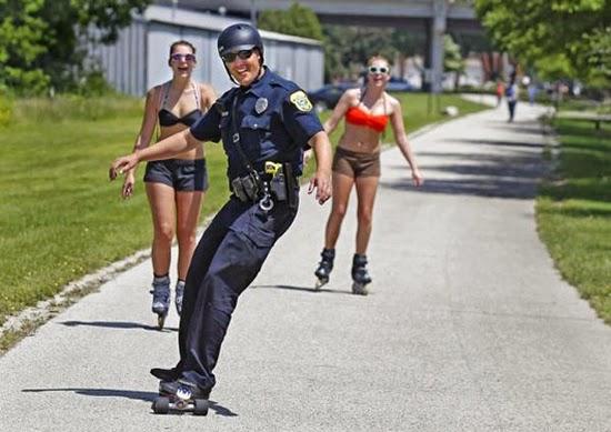Policial faz sucesso ao usar skate para fazer suas rondas
