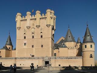 Alcázar de Segovia, palacio real construido en lo alto de una roca.