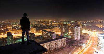 skywalking in moscú de noche y hombre parado en un tejado