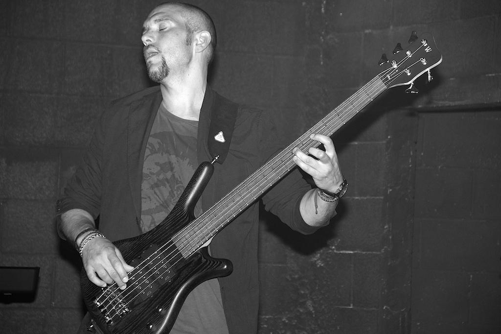 Raúl Oliva, bajista de Agon band