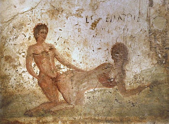 Фотографии артефактов - фресок, статуэток, предметов быта, - раскопанных в