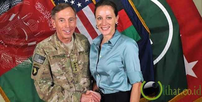 Kepala CIA David Petraeus Terungkap Berselingkuh Melalui E-Mail
