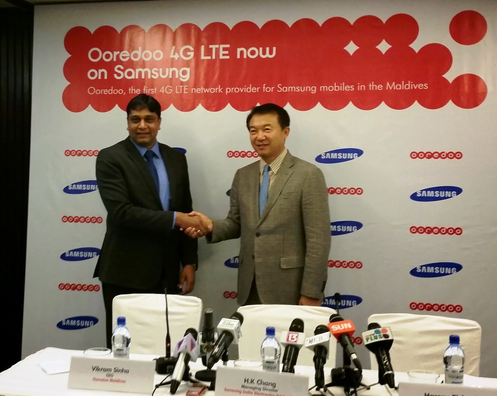 H.K. Chang, Managing Director, Samsung  India  Electronics- Sri Lanka Branch Office  and Vikram Sinha, CEO of Ooredoo officially announce their partnership in the Maldives.jpg