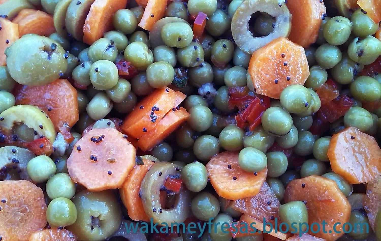detalle de los guisantes y las zanahorias con las semillas de amapola