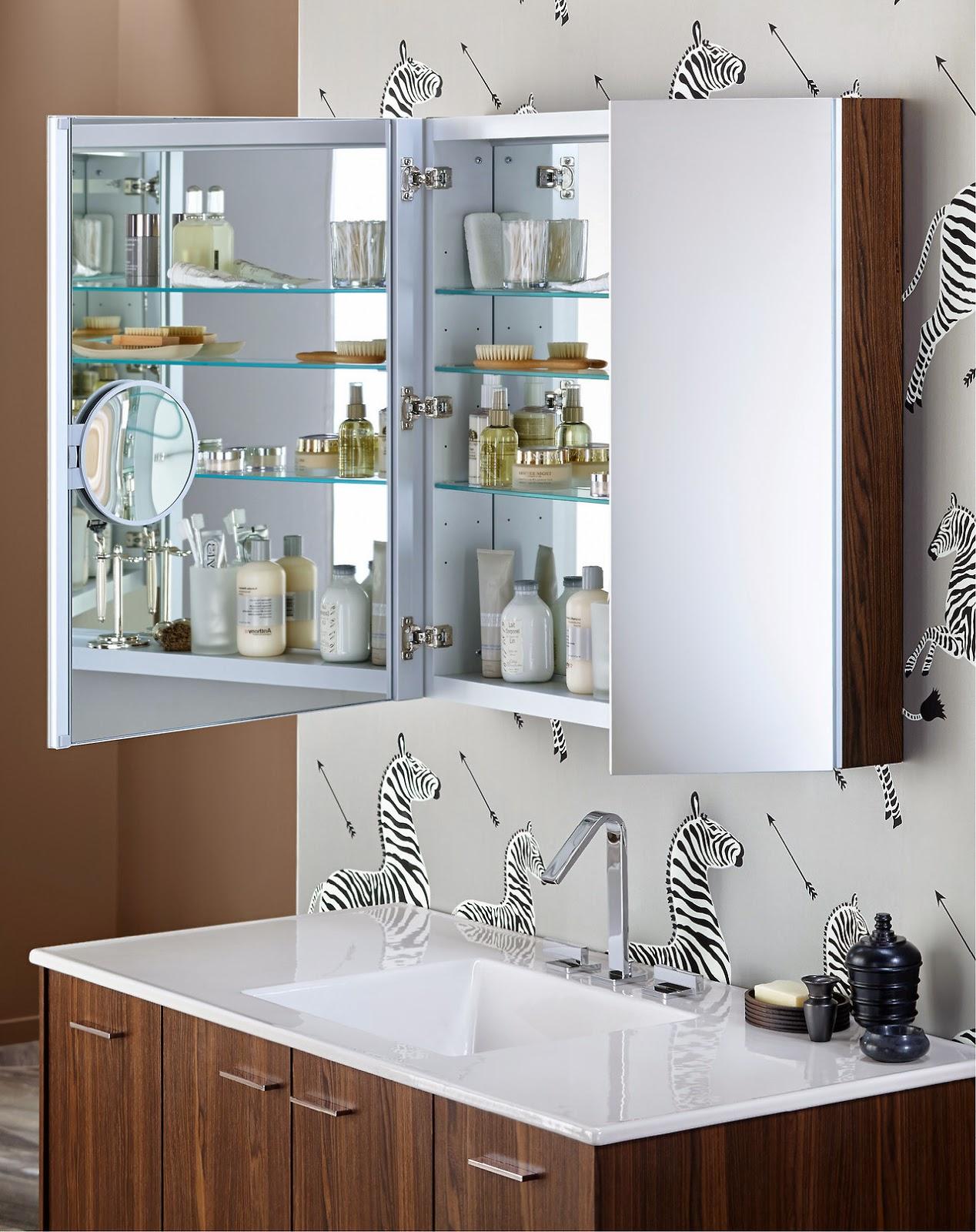 Tận dụng tủ gỗ mặt gương phía trên bồn rửa tay để lưu trữ thông minh