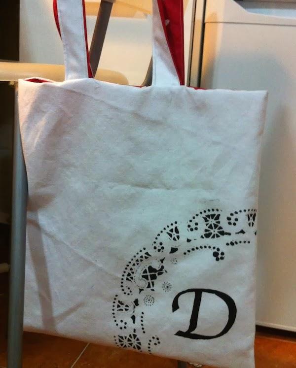 bolsa pintada con una inicial