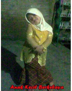 Anak kecil putri berbusana tradisional