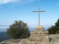 La Creu sobre el pla rocós del Castell de Taradell