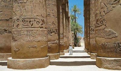 Columnas de templo faraónico y hombre - Egiptomaníacos