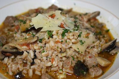 zuppa di farro con funghi cardoncelli e salsiccia.
