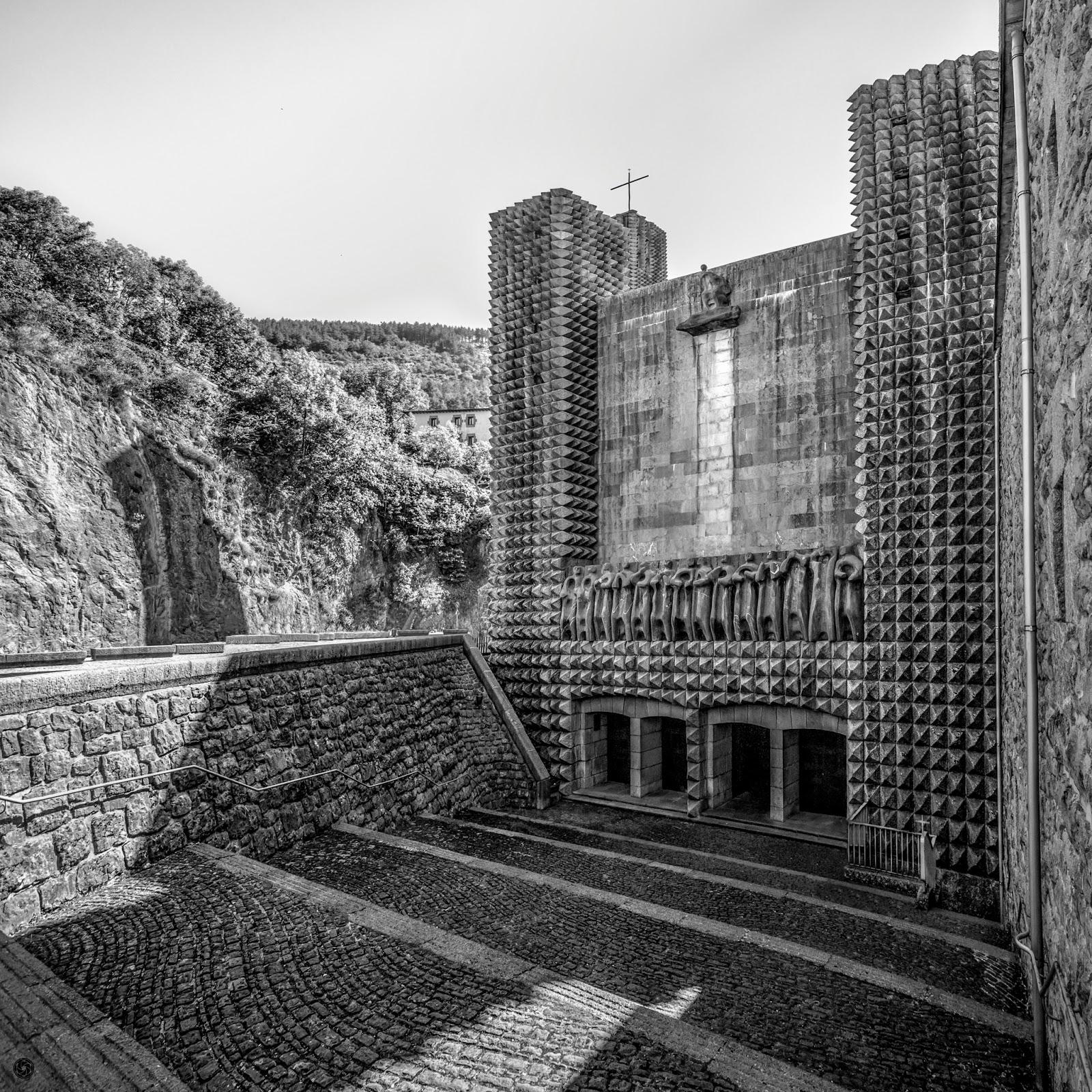 Fachada del Santuario de Arantzazu :: Panorámica 2 x Canon EOS 5D MkIII | ISO400 | Canon 17-40 @17mm | f/8 | 1/400s