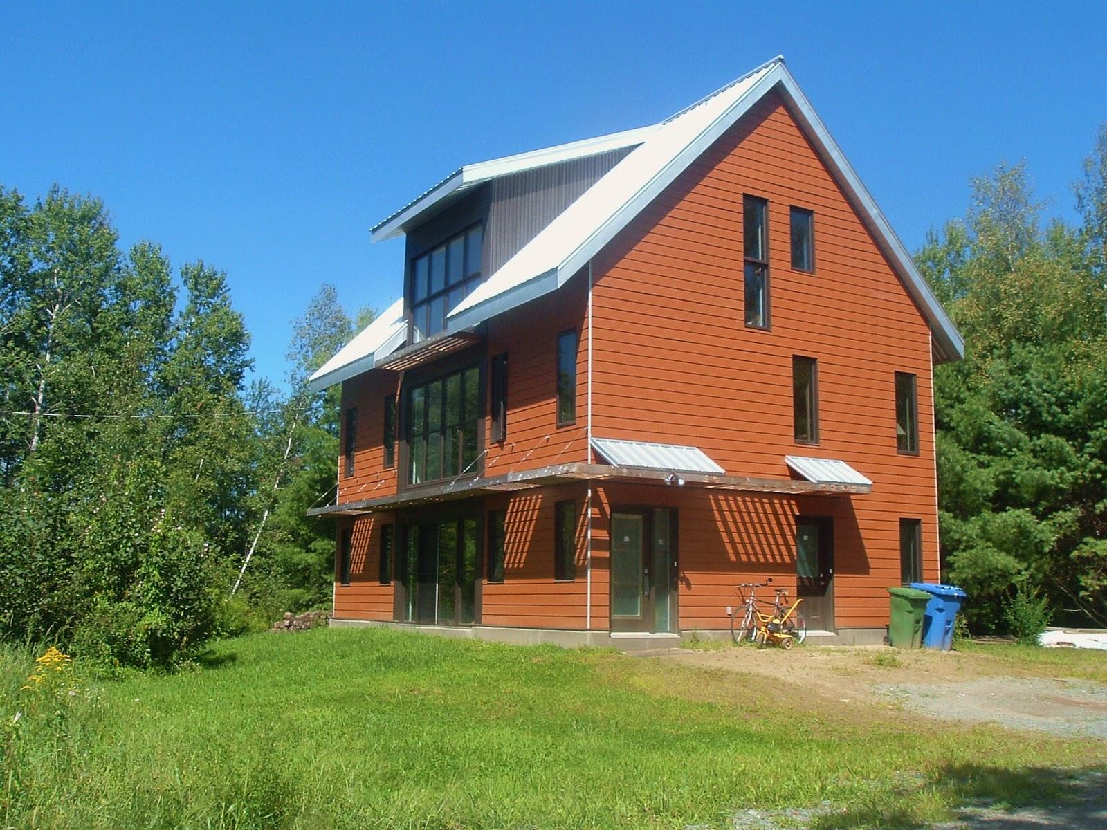 Cet été profitez de vos vacances en vous installant dans notre magnifique maison écologique à aire ouverte située à deux pas du parc nature de cowansville