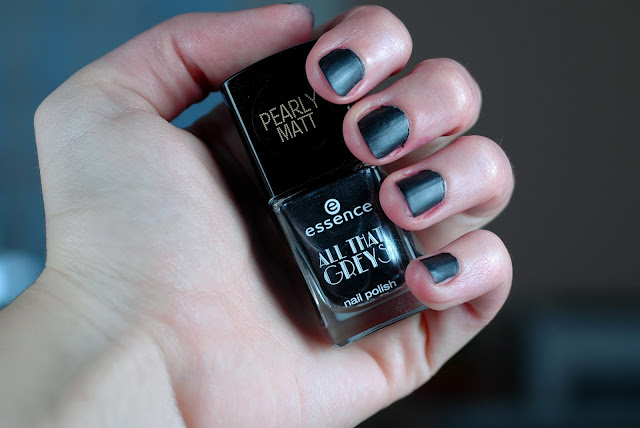 Essence All That Greys Nagellack 01 Back to Black Swatch / Tragebild