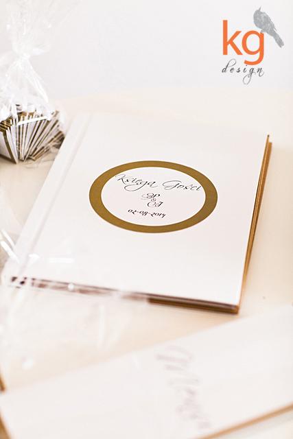biały, dodatki ślubne, eleganckie, flaga, kalka, lamówka, mapka na kalce, menu, minimalistyczne, nazwy stołów, poligrafia ślubna, wizytówki, złoty, zaproszenia slubne w paski, naklejana etykieta, nadruk na kopercie, personalizacja, biala wstazka, mapka na kalce, rsvp, cocktail bar, cookie bar, menu a4, ksiega gosci tradycyjna, skrzynka na koperty, skrzynka jako ksiega gosci, ksiega gosci tradycyjna, biala, flaga last chance to run, oryginalne i nietypowe zaporszenia slubne, weselne, slub cywilny, recznie robione, wyjatkowe, artystyczne, szalone, projektowane indywidualnie, na zamowienie, proste, minimalistyczne, ze zlota ramka, numery wolnostojace