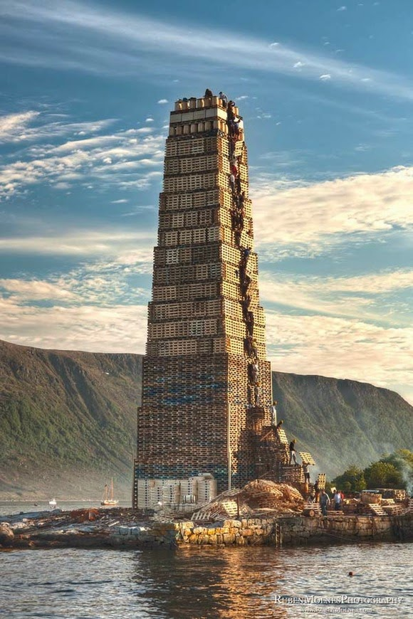 Wooden pallets piled high heaven like the tower of Babel! ! Bonfire highest in the world: Norway Alesund