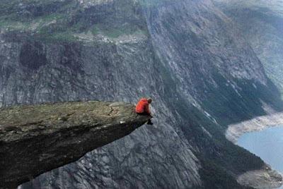 Paisaje de montaña. Alpimista meditando en paisaje paradisiaco