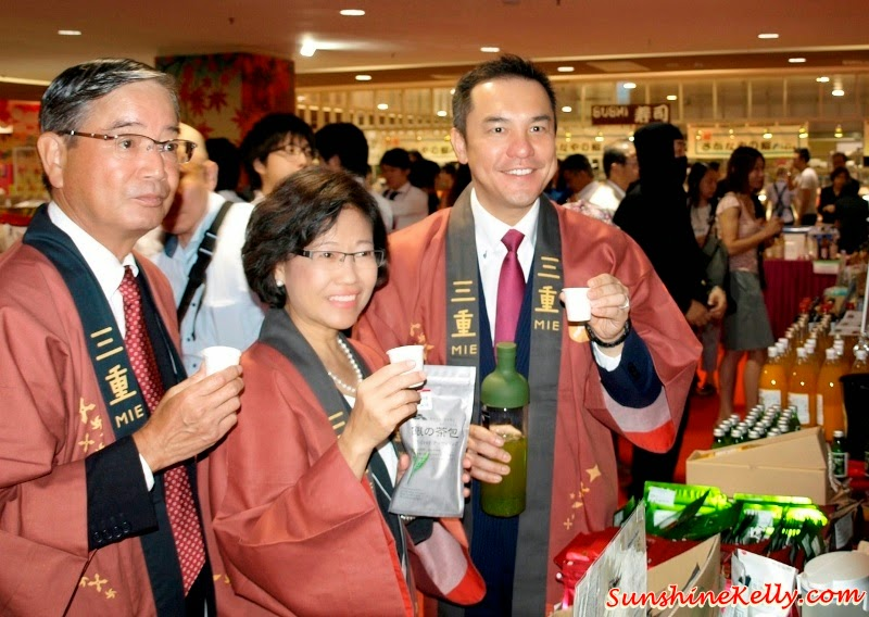 Food tasting by CEO of ASEAN Business Mr. Nagahisa Oyama(from left; MD of AEON CO. (M) BHD Ms Nur Qamarina Chew, Mie Governer Mr Eikei Suzuki, MIE Food & Tourism Fair, Japan Tourism, Japan MIE Perfecture, Japanese Food Fair, Japan Food Fair, Japanese Food, Oishi