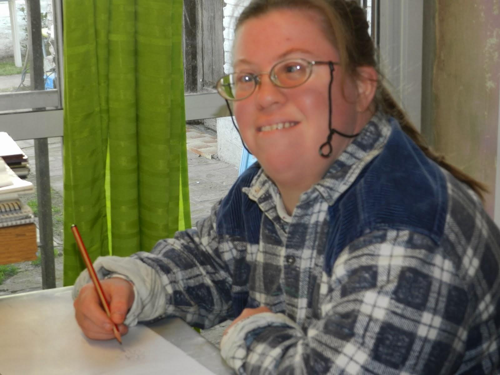 Marce comenzando a dibujar las flores. Agosto 2013