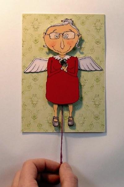 Fødselsdagskort: Gammel dame med vinger og snoretræk