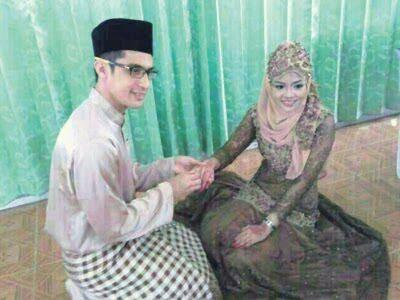 Gambar Ashraf Muslim menyarungkan cincin Di Majlis Perkahwinan beliau dengan Wan sakinah