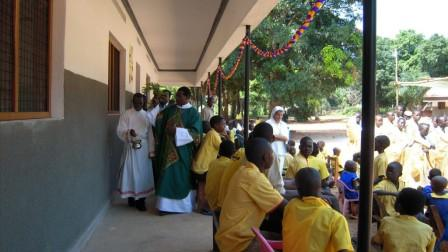 Monsignor Eduardo Hiiboro Kussala, vescono di Tombura-Yambio, benedice i nuovi edifici della scuola di Nzara. Novembre 2011