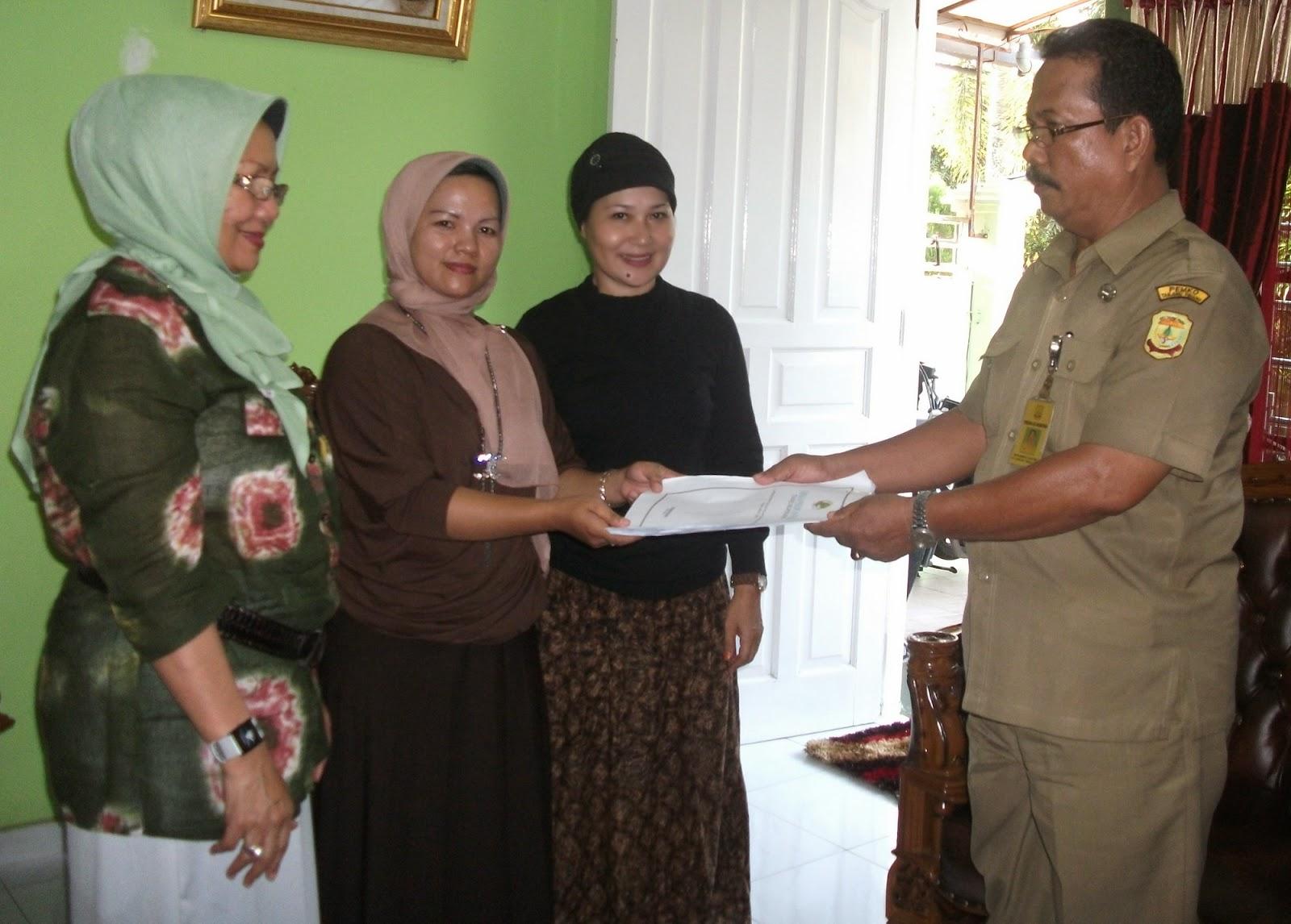 ketua koperasi wanita perempuan peduli kota tanjungpinang ruziana mendapatkan penghargaan