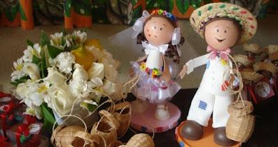 noiva e noivo buque arraiá de núpcias flores de papel crepom casamento julino