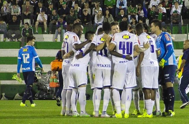 Em jogo de seis pontos, Cruzeiro leva a melhor