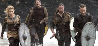 Escena de la serie Vikingos donde se ven 4 vikingos preparados para el combate