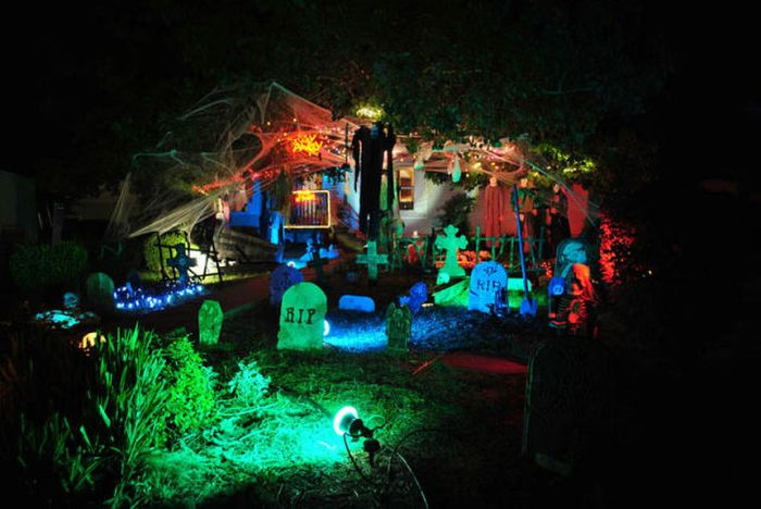 Spooky halloween front yard decorations for Halloween decoration yard