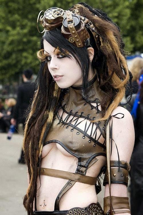 jeune femme en tenue steampunk très sexy