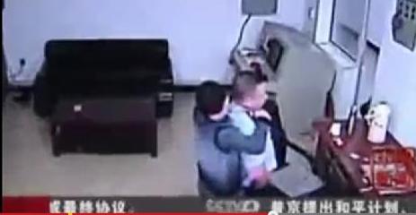 بالفيديو.. 3 سجناء يقتلون ضابطاً ويهربون من المعتقل