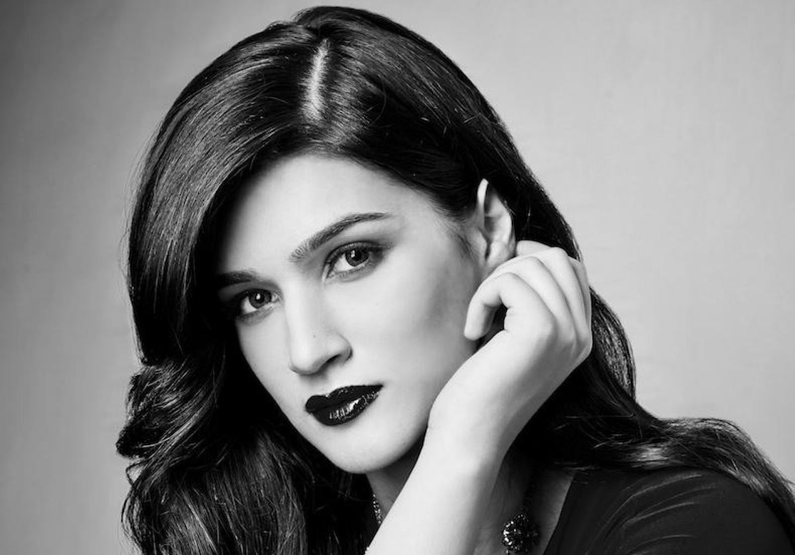 kriti sanon stunning black and white hd wallpaper