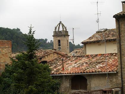 El campanar de l'església de Sant Feliu des de dalt el carrer del Call