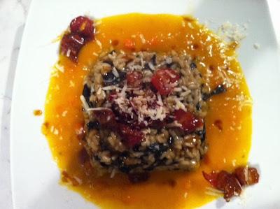 risotto al vino bianco e funghi trombette su vellutata di zucca delica speziata, pomodori perini caramellati e scaglie di pecorino delle crete senesi