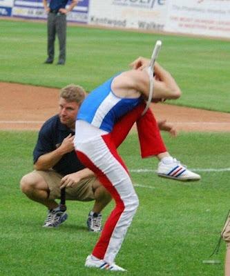Un hombre super flexible 27