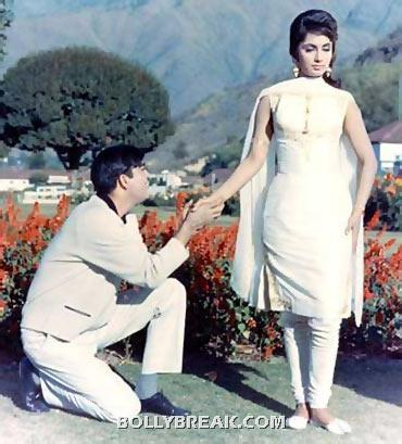 Dimple kapadia looks beautiful in this version of the churidar - (3) - Memorable bollywood outfits over the years- hot!!