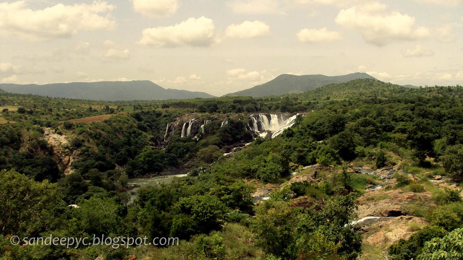 Distant view of Bharachukki falls