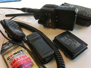 Nagoya monofon, batteri och comet miniantenn. SMA till BNC kontakt sitter på radion.