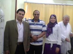 الأستاذ الدكتور طه البهنساوى مع أطباء المستشفى