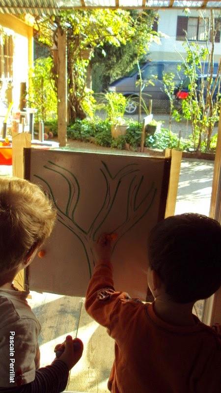 nounou pascale  coller les feuilles sur l u0026 39 arbre en papier collant