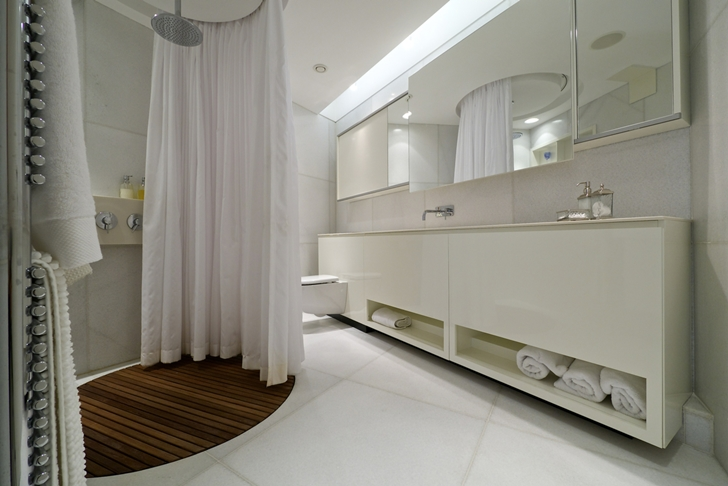 White bathroom in Penthouse apartment in Haifa by Alex Menashe