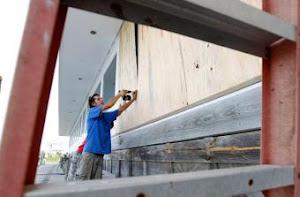 Jeremy Pickett, un vecino de Hatteras (en Carolina del Norte) instala tablones de madera