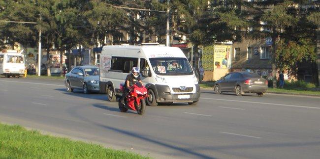 Мощный красный мотоцикл в городе